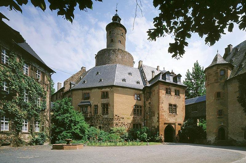 Schloss-Anfahrt-Galerie